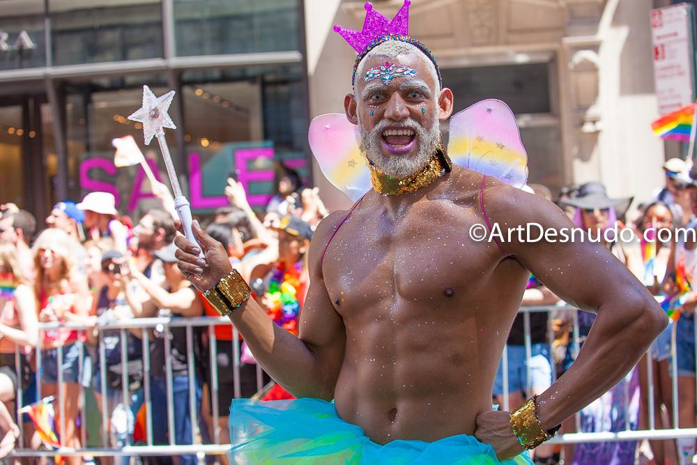 La Marcha del Orgullo LGBTQ+ en la Ciudad de Nueva York fue el domingo, 30 de junio del 2019. La Marcha del Orgullo en la Ciudad de Nueva York es la celebración de la comunidad LGBTQ+ más grande del mundo. El 50 aniversario de la Rebelión de Stonewall fue el viernes, 28 de junio del 2019. Este año, por primera vez, WorldPride se llevó a cabo en los Estados Unidos de América. Miles de personas marcharon y miles de personas asistieron a ver la marcha.